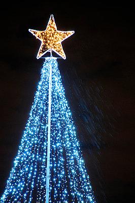 Modern Christmas tree in Greenwich  - p1072m829342 by Neville Mountford-Hoare