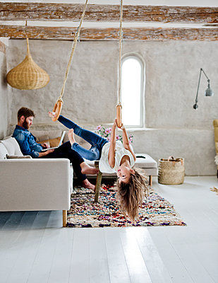 Sweden, Father and daughter (4-5) in living room - p352m1349570 by Lina Roos
