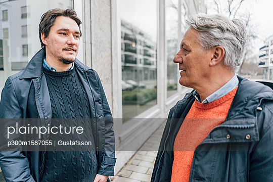 Young man and senior man talking in the city - p300m1587055 von Gustafsson