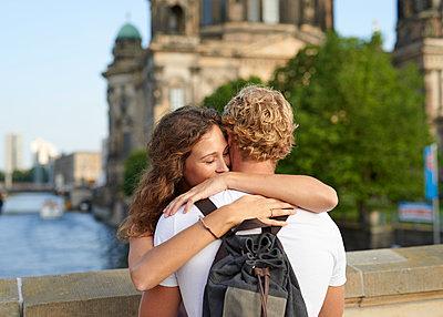 Junges Paar am Berliner Dom - p1124m1463319 von Willing-Holtz