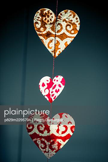 Paper hearts - p829m2295701 by Régis Domergue