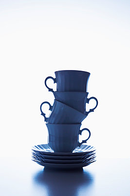 Stack of coffee cups - p1149m2027193 by Yvonne Röder
