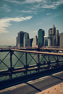 Auf der Brooklyn Bridge - p470m1223716 von Ingrid Michel