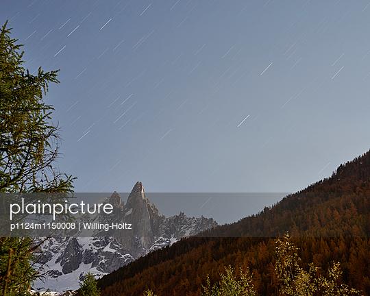 Bergspitze mit Sternenhimmel - p1124m1150008 von Willing-Holtz