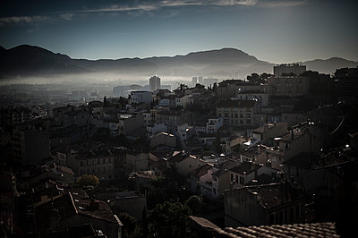 Mist on the city - p1007m1134121 by Tilby Vattard