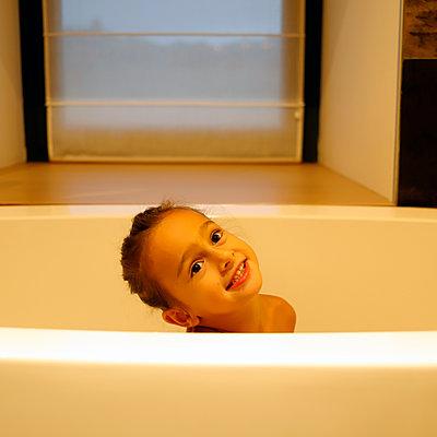 Little girl in the bathtub - p1105m2211746 by Virginie Plauchut