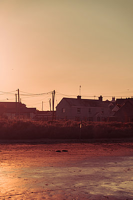 Ireland, Louth, Buildings on the beach - p1681m2283694 by Juan Alfonso Solis