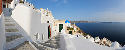 View of Oia village with cobbled path at Santorini - p300m731267f by Martin Rügner