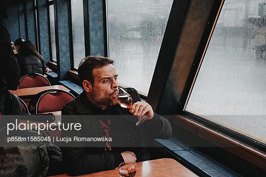 Mann auf einem Ausflugsboot - p858m1585045 von Lucja Romanowska