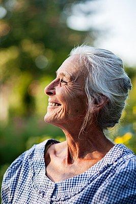 Senior woman in her garden, portrait - p1093m2192924 by Sven Hagolani