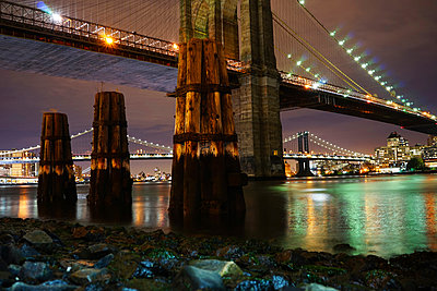 Illuminated bridges over East river at night - p1166m1185926 by Cavan Images