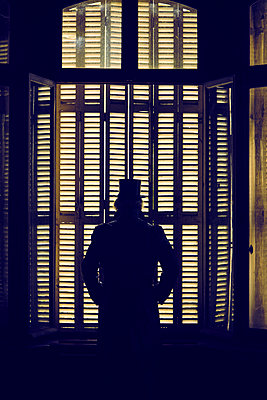 Mann Fenster geschlossen - p1312m1137740 von Axel Killian