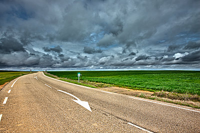 Spain, Province of Zamora, empty road under cloudy sky - p300m1205528 by David Santiago Garcia
