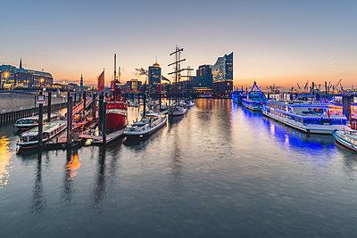 Germany, Hamburg, Niederhafen and Elbe Philharmonic Hall in the morning - p300m1568128 von Kerstin Bittner