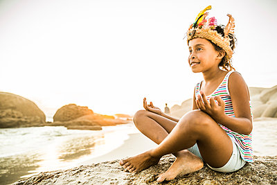 Girl dressed up as an indian princess on the beach - p300m2167571 by Floco Images