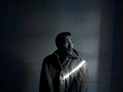 Man wearing coat - p945m2093603 by aurelia frey