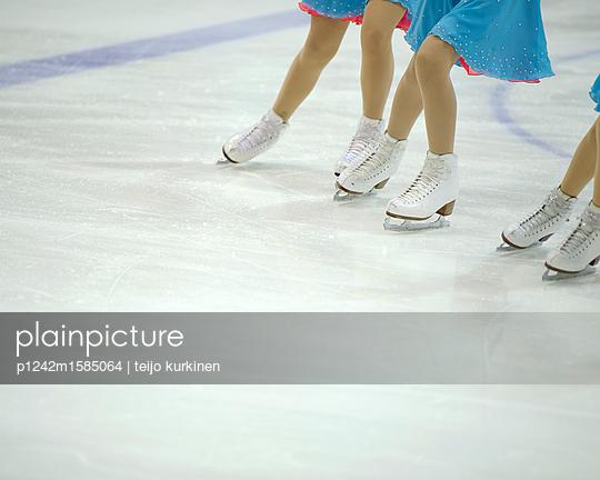 Drei Eiskunstläuferinnen - p1242m1585064 von teijo kurkinen