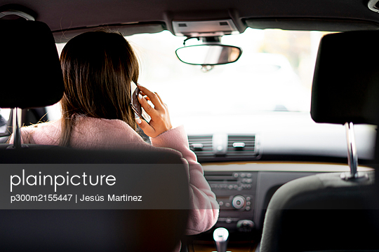 Businesswoman using smartphone in the car - p300m2155447 by Jesús Martinez