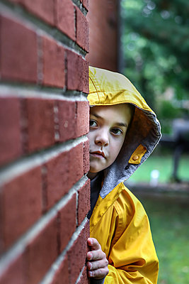 Little girl wearing hooded jacket - p1019m1496302 by Stephen Carroll