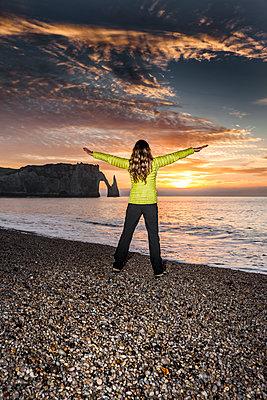 Sonnenuntergang in Étretat - p248m1225340 von BY