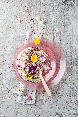 Natural yoghurt with buckwheat grits, edible flowers and cacao nibs - p300m1587467 by Mandy Reschke