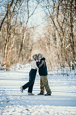 snow fun couple berlin germany - p300m2286469 von Malte Jäger