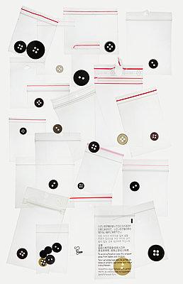 Collage aus Knöpfen in Tüten - p415m1208333 von Tanja Luther