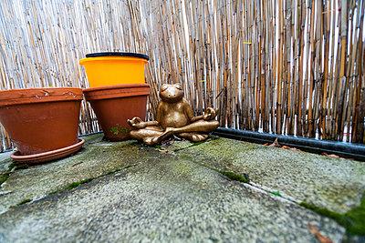 Froschfigur auf Balkon - p627m1035433 von Christian Reister