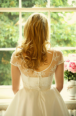 Back View of Young Bride Looking Out of Window - p669m824050 by Jutta Klee photography