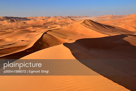 Oman, Dhofar, sand dunes in the Rub al Khali desert - p300m1588072 von Egmont Strigl