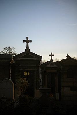 Tombstones - Pere Lachaise Cemetery, Paris - p1028m1510584 von Jean Marmeisse