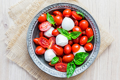 Italian food, caprese, mozzarella and tomatoes and basil - p300m2029115 von Giorgio Fochesato