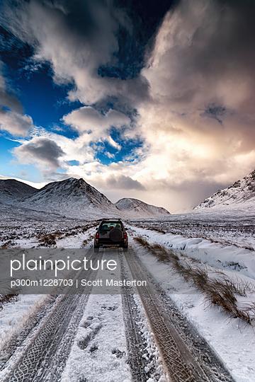 UK, Scotland, Glen Etive, Four wheel drive vehicle in winter - p300m1228703 by Scott Masterton