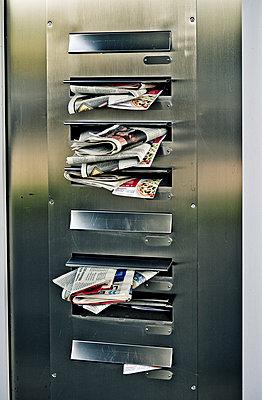 Überfüllte Briefkästen - p1221m1123331 von Frank Lothar Lange