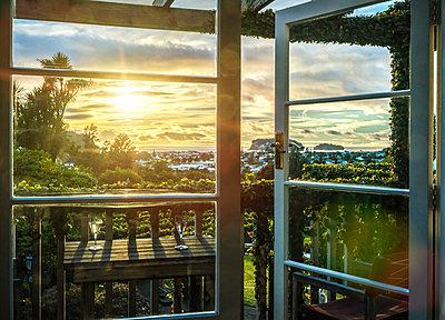 Sonnenuntergang vor dem Fenster - p1275m1132073 von cgimanufaktur