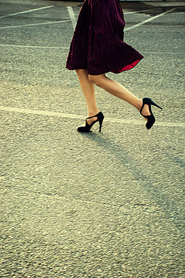 Side view of a young woman running in the street  - p794m1538623 by Mohamad Itani