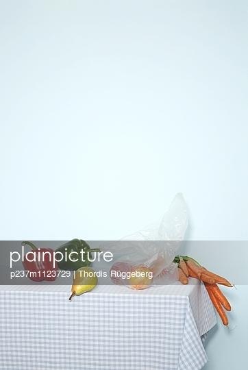 Tisch mit Obst und Gemüse - p237m1123729 von Thordis Rüggeberg
