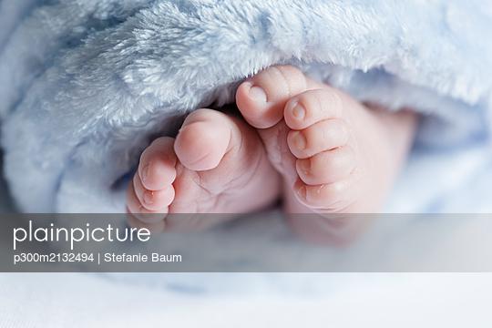 Close up of feet of a newborn baby - p300m2132494 by Stefanie Baum