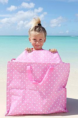 Kleines Mädchen mit guter Laune - p045m899644 von Jasmin Sander