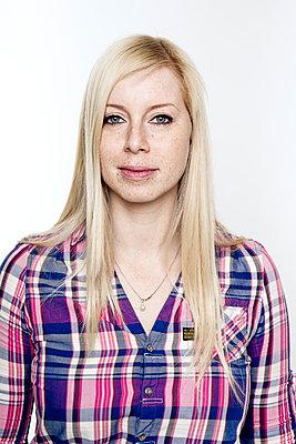 Porträt einer jungen Frau - p1221m1123834 von Frank Lothar Lange