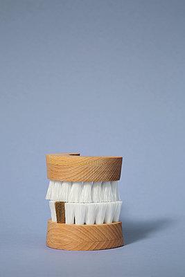 Brushes that look like false teeth - p237m2151124 by Thordis Rüggeberg