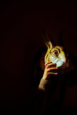 Junge Frau hält Hasenmaske - p432m2133471 von mia takahara