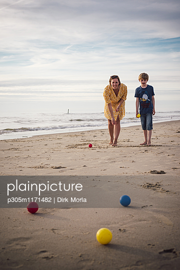 Boule am Strand - p305m1171482 von Dirk Morla