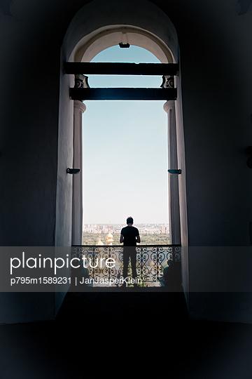 Silhouette eines Mannes im Gegenlicht - p795m1589231 von Janklein