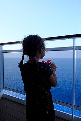 Kreuzfahrtschiff, Mädchen mit Fernglas - p1105m2125111 von Virginie Plauchut