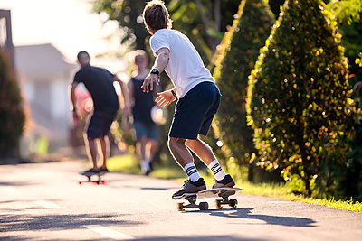 Young man skateboarding in street, Canggu, Bali, Indonesia - p343m1543789 by Konstantin Trubavin