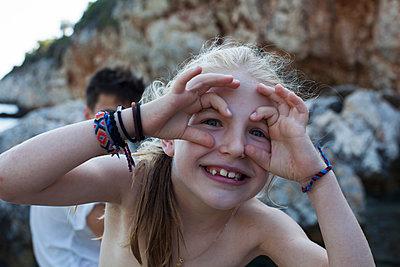 Mädchen schneidet Grimassen  - p828m1169569 von souslesarbres