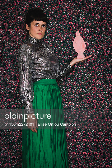 Woman with a pink statue of the Virgin Mary - p1150m2272401 by Elise Ortiou Campion