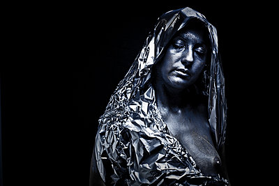 naked woman covered with aluminium foil - p1165m956386 by Pierro Luca