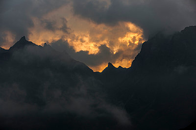 Abendlicht hinter Wolken in den Alpen - p248m1058242 von BY